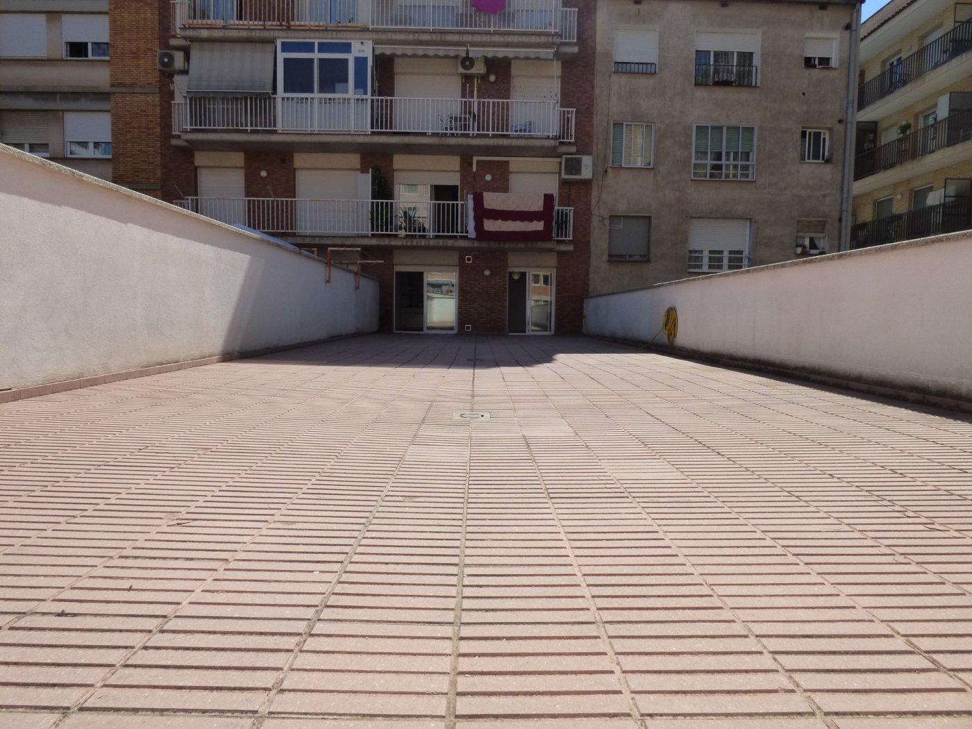 piso seminuevo de 2 hab. con terraza de 118 m2 ,  trastero y ascensor , en manresa