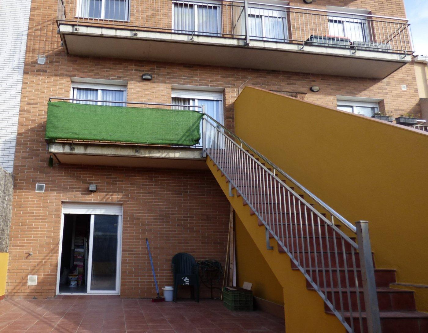 casa de tres plantas seminueva en venta  con 4 hab. y patio en el pont de vilomara (zo