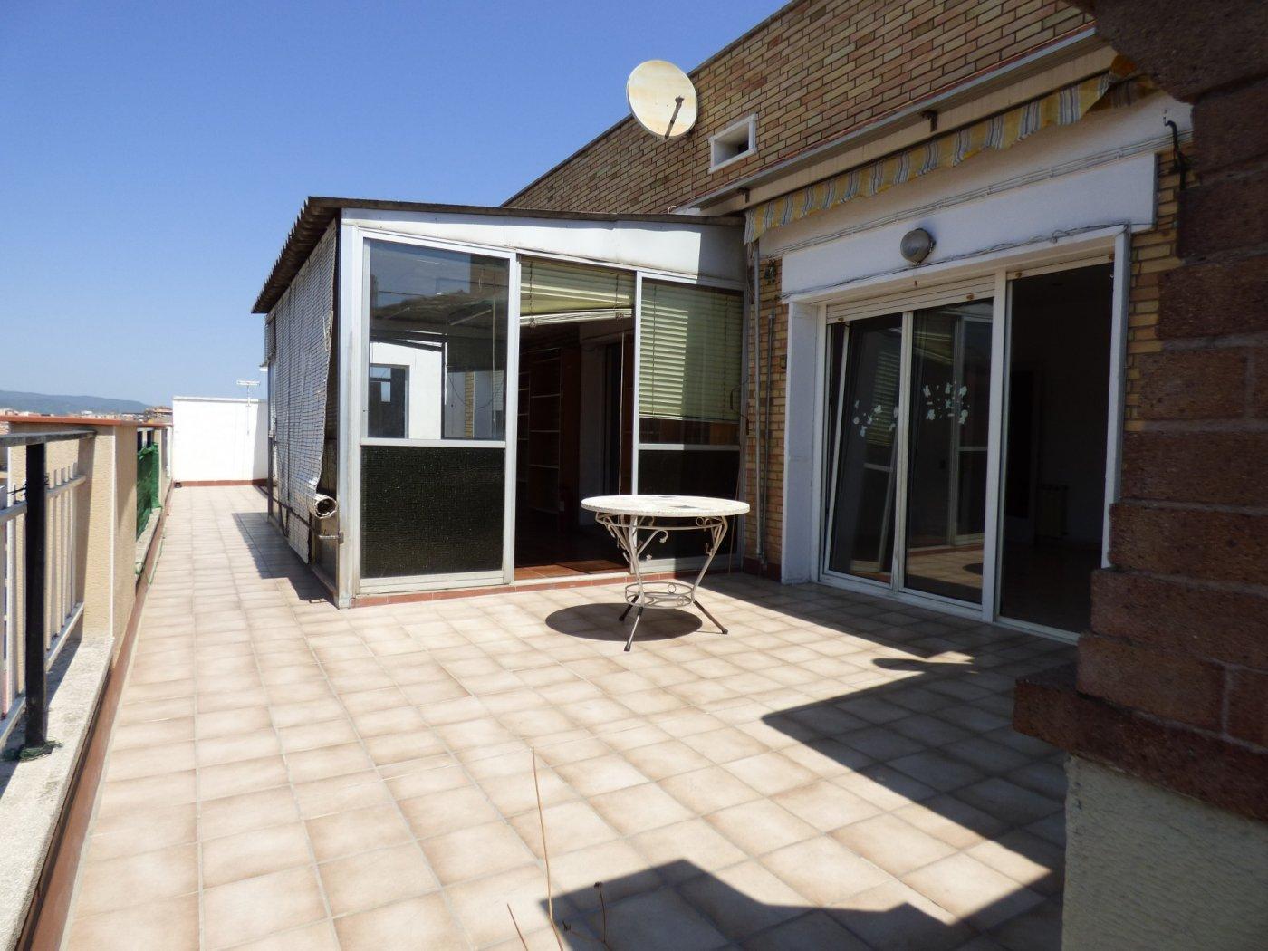 Ático semireformado con terraza y trastero, de 4 habitaciones  en venta en manresa