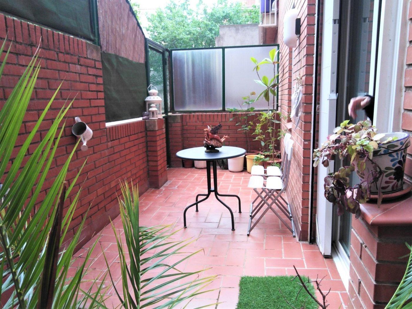 planta baja de tres habitaciones con terraza en venta en manresa