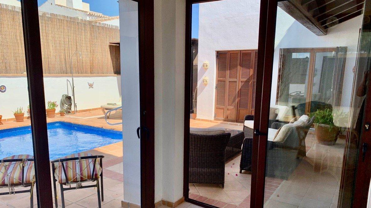 Galleribillede 14 of Velholdt 4 værelses et plans villa på hjørne grund med egen pøl på El Valle Golf Resort