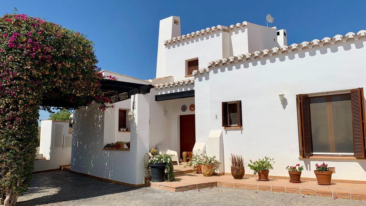 Galleribillede 2 of Velholdt 4 værelses et plans villa på hjørne grund med egen pøl på El Valle Golf Resort