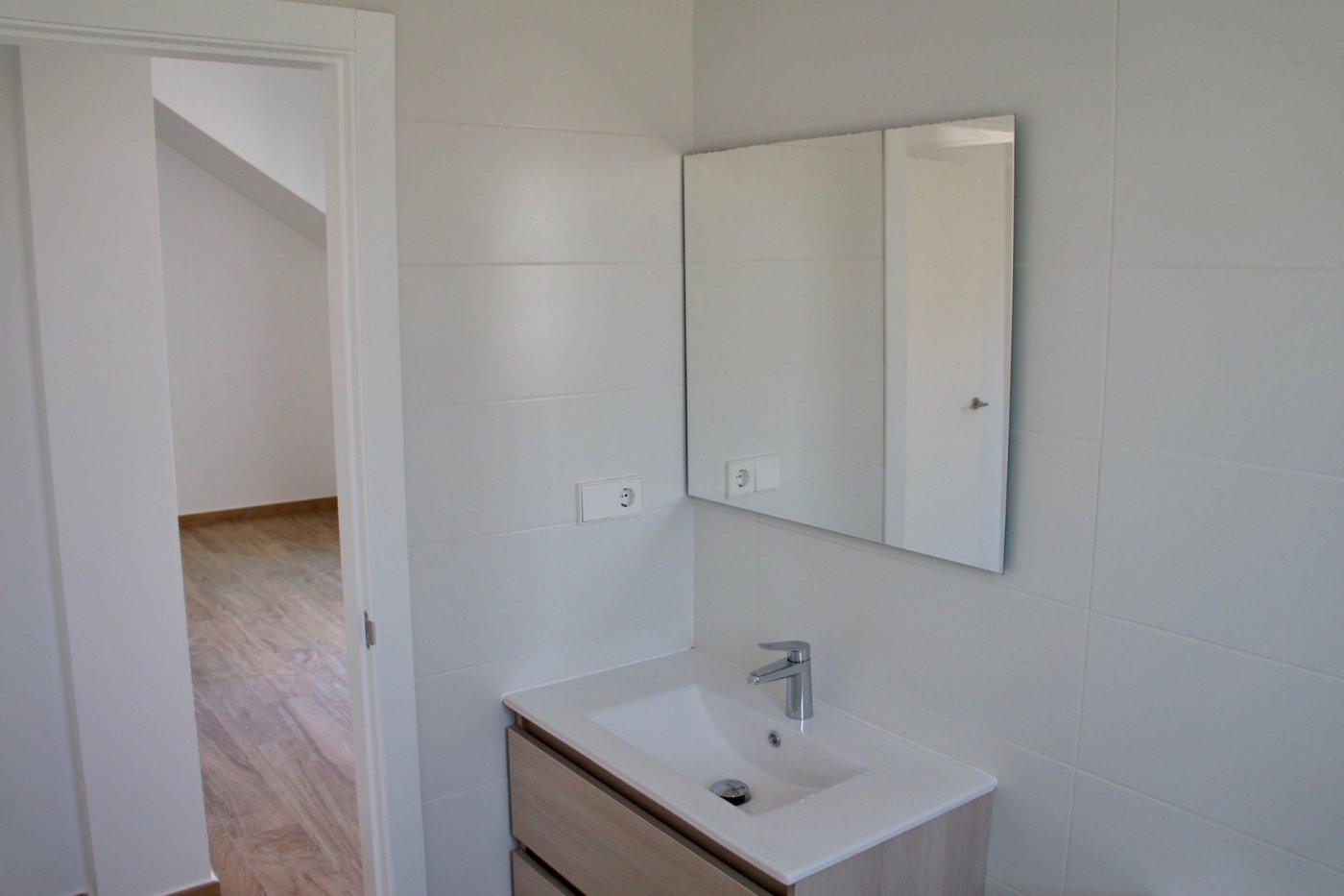 Gallery Image 13 of Nuevo apartamento listo en la planta superior de 2 dormitorios a solo 2 minutos a pie de las playas,