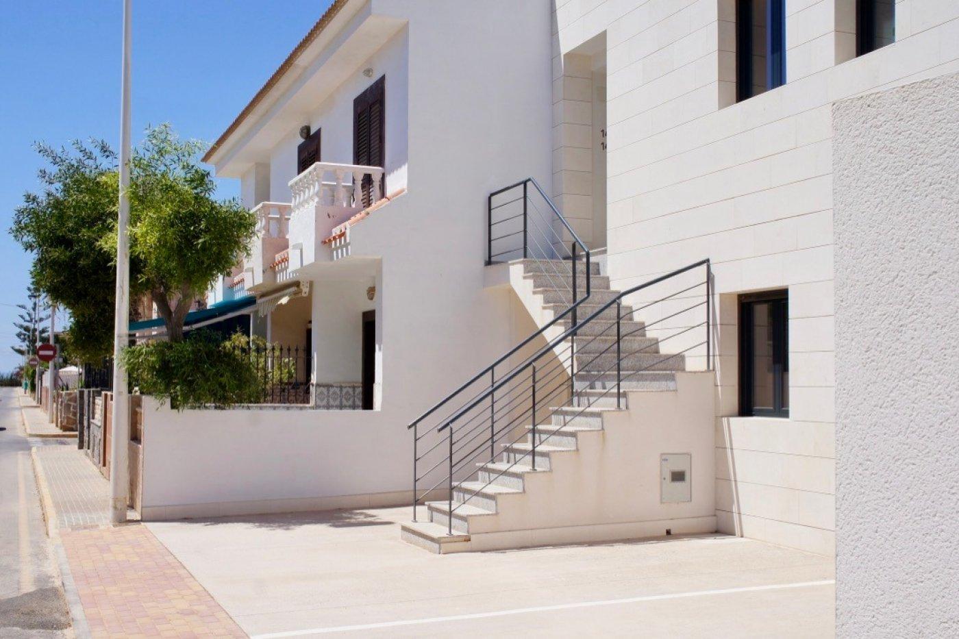Imagen de la galería 1 of Nuevo apartamento listo en la planta superior de 2 dormitorios a solo 2 minutos a pie de las playas,