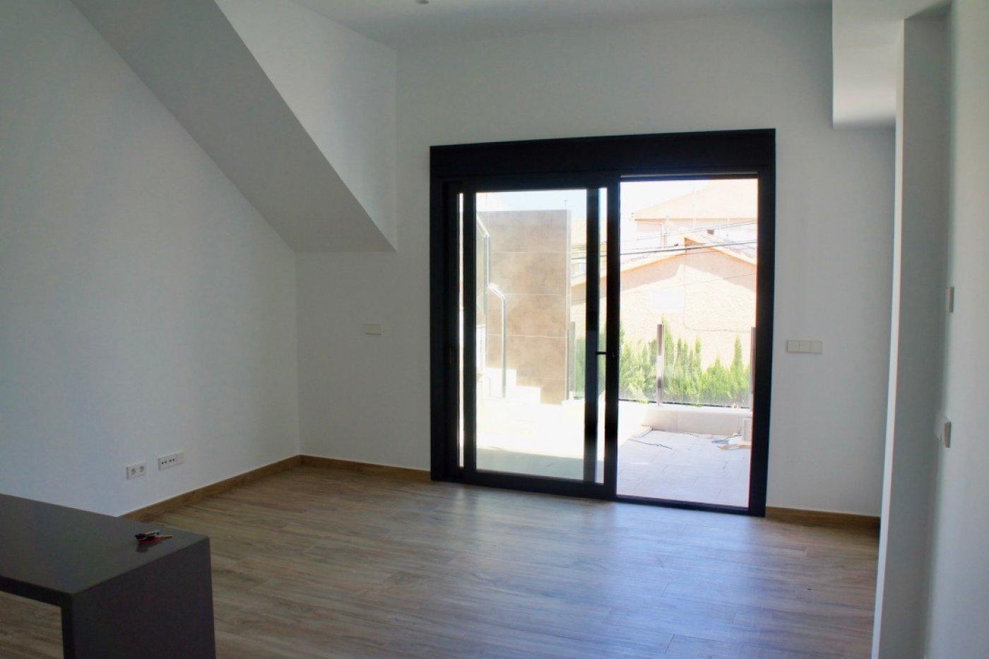 Imagen de la galería 5 of Nuevo apartamento listo en la planta superior de 2 dormitorios a solo 2 minutos a pie de las playas,