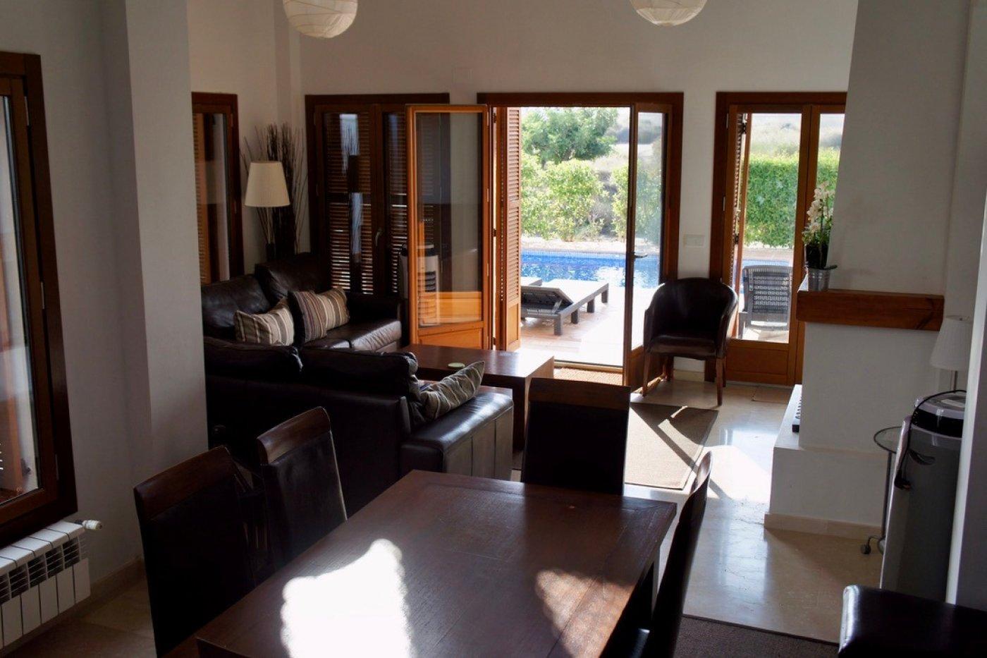 Galleribillede 5 of I første linie til golf banen, solrig 4 vær et plans villa med 2 badevær of egen pool