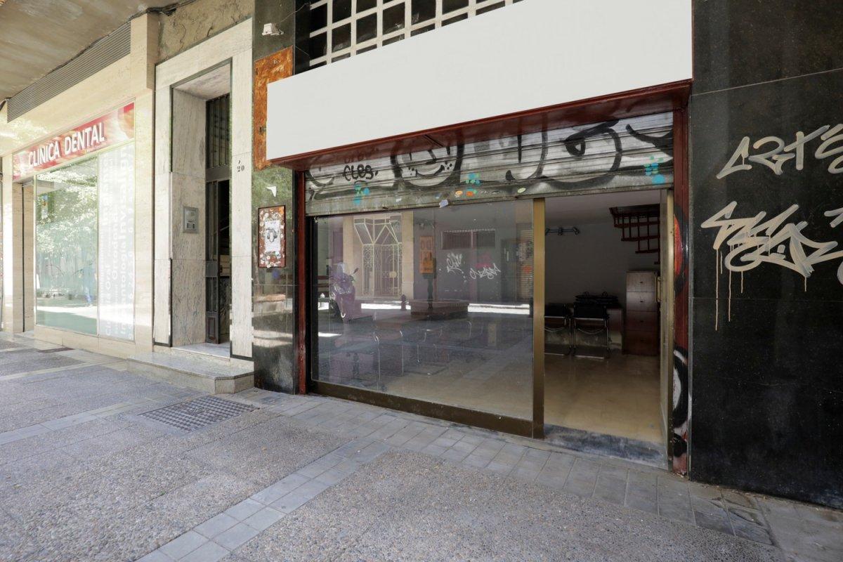 Si estás buscando un local céntrico para entrar porque eres un emprendedor, ¡mira qué local!, Granada