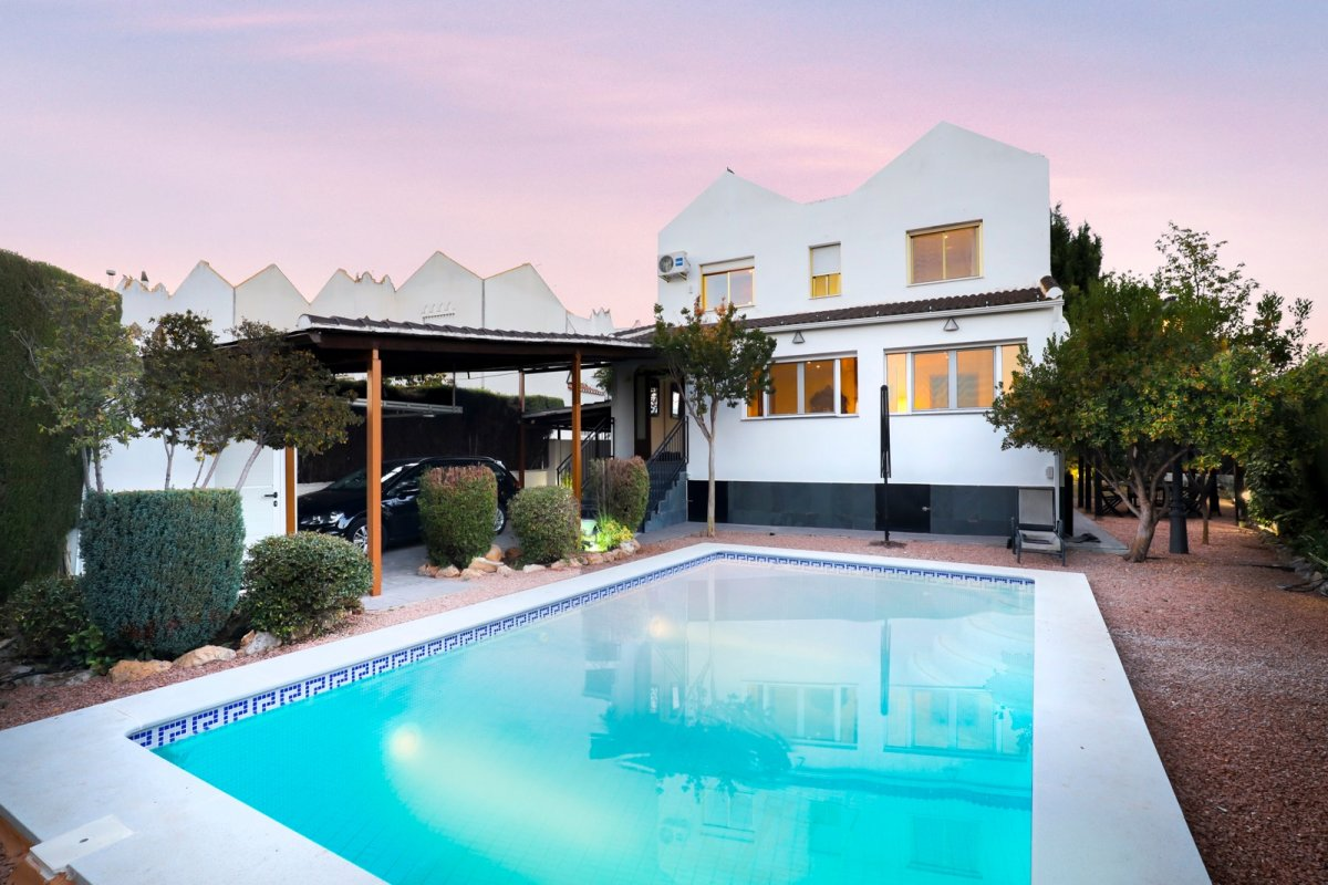 MAGNÍFICO CHALET EN MONTELUZ con piscina propia, parcela y vistas.¡¡Ven a verlo, te encantará!!, Granada