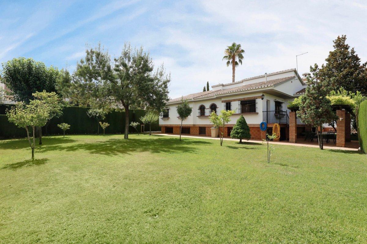 Magnífica casa con terreno en Monachil Barrio. Estupendas calidades y parcela con jardín y piscina., Granada