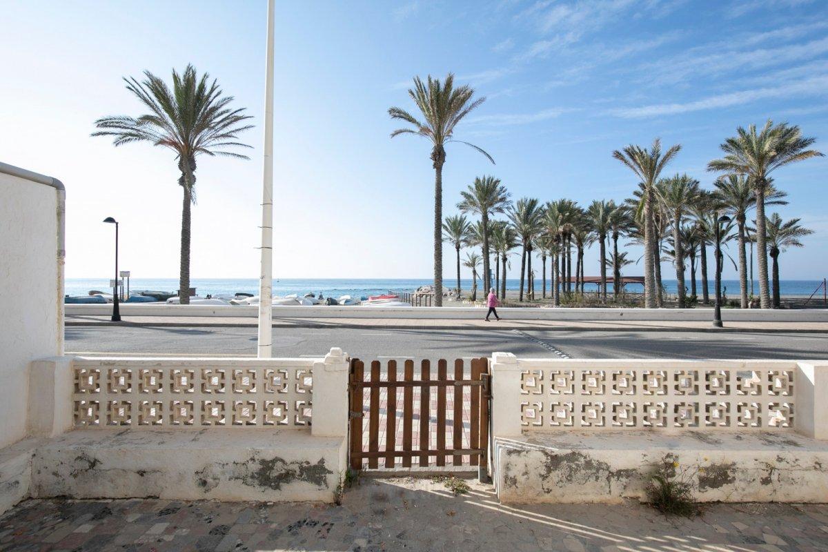 Magnífico solar en primera línea de playa en torrenueva