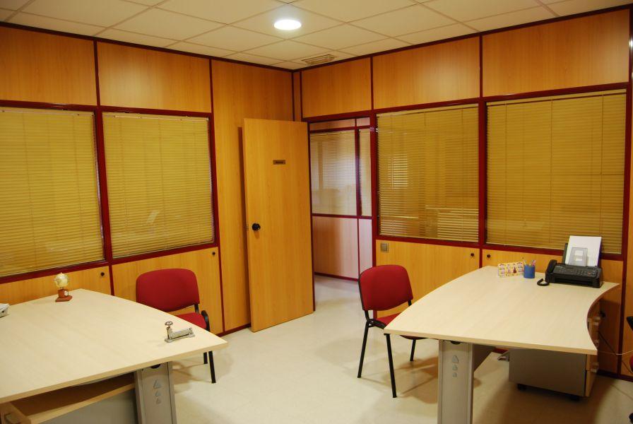 Nave de 684 m2. con Oficinas y Sala de Exposición y Venta.