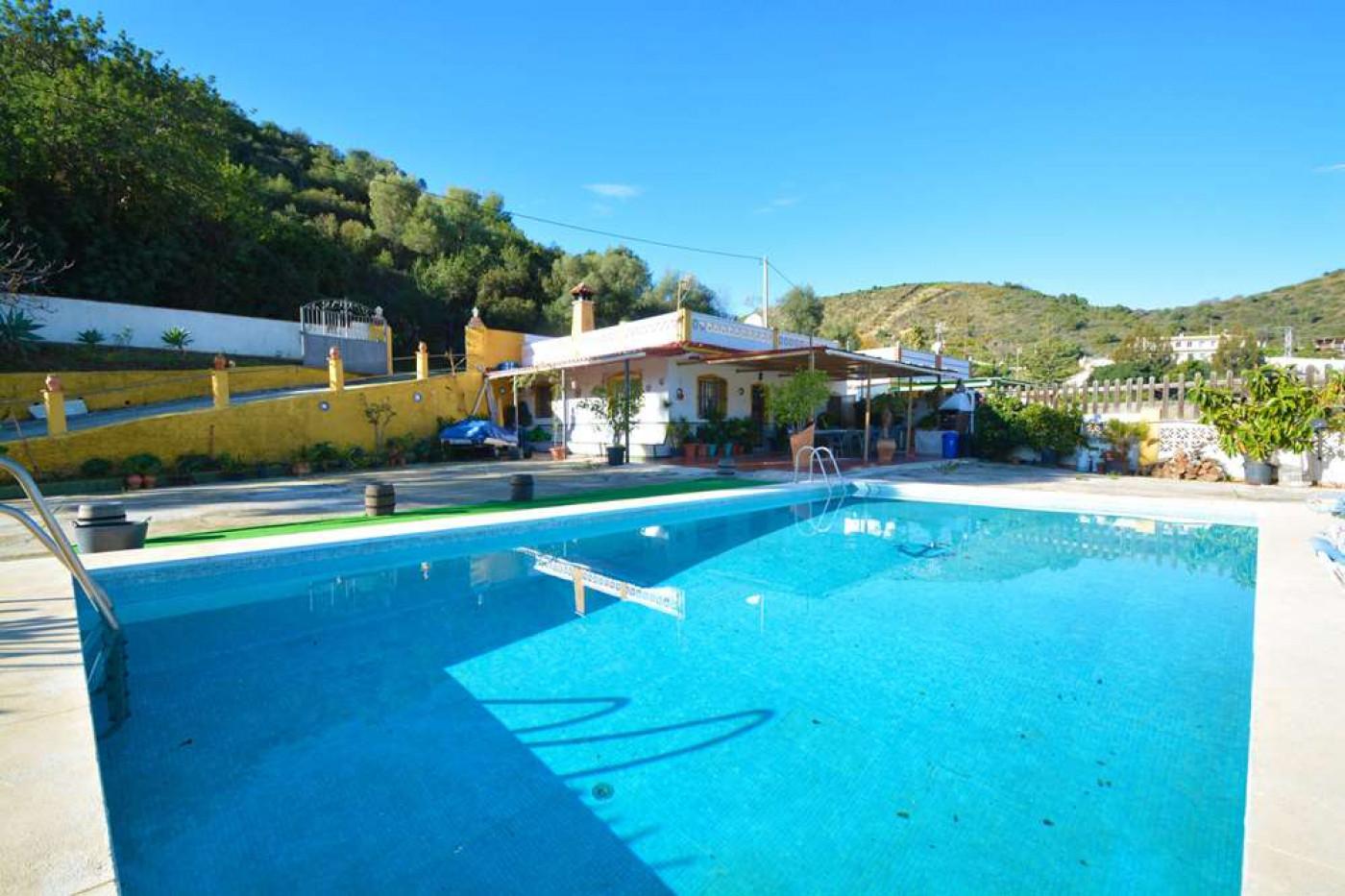 casa-con-terreno en marbella · santa-clara-golf 375000€
