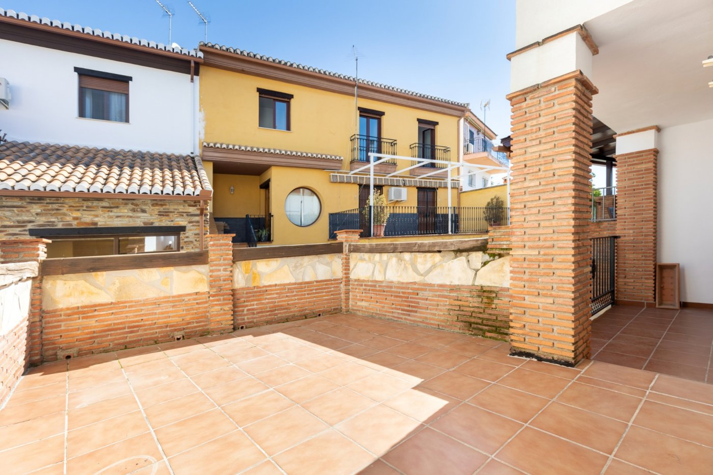 Amplia casa adosada junto al Centro de Huetor Vega, Granada