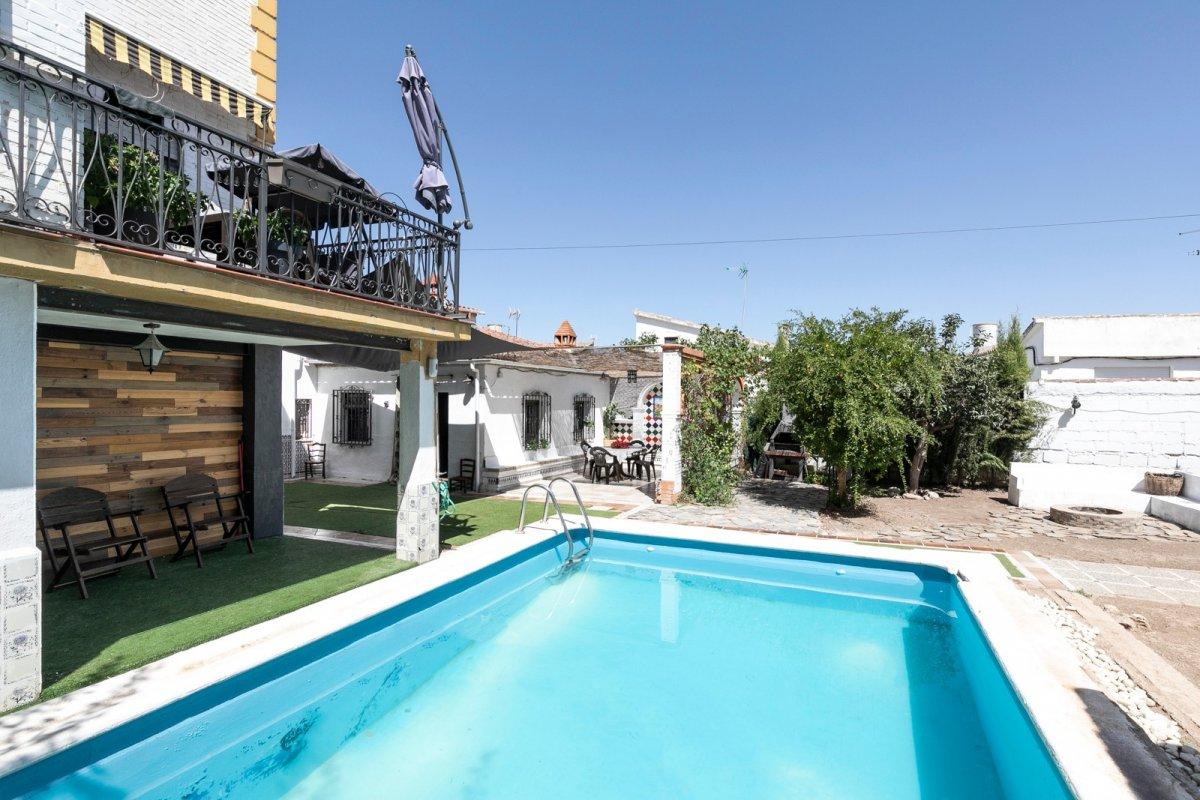 Ponemos a la venta dos viviendas independientes sobre una parcela de 529m, ideal para dos familias., Granada