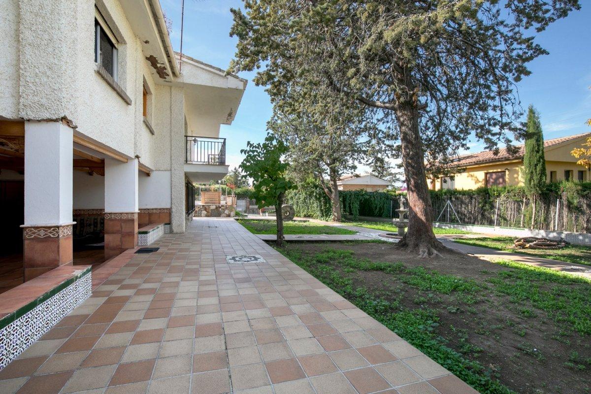 Preciosa casa en Colinas Bermejas con 3 dormitorios, piscina y una parcela de 1020 metros., Granada