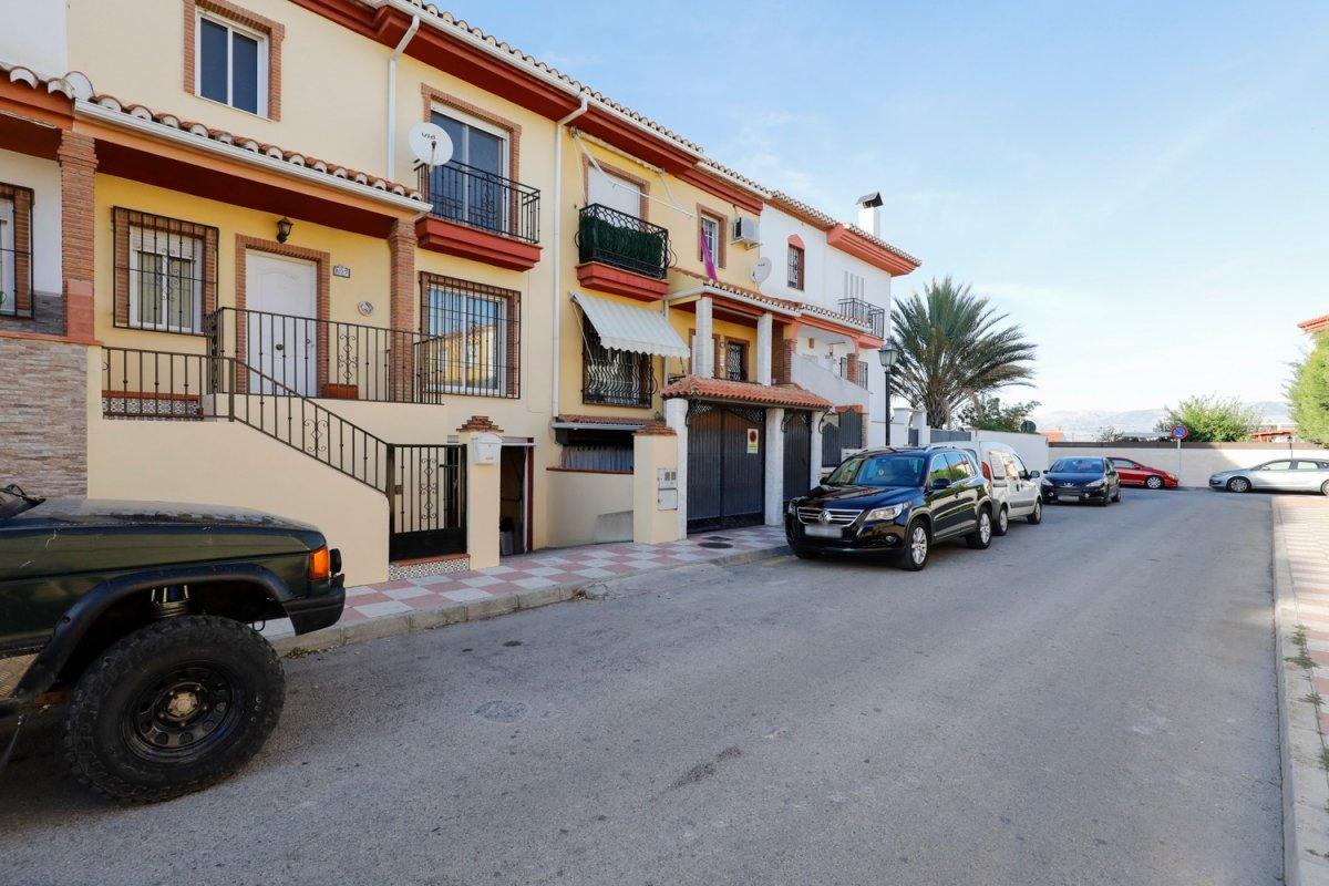Casa pareada en Cullar Vega con un patio de 70m con piscina propia, 3 dormitorios y un gran sótano, Granada