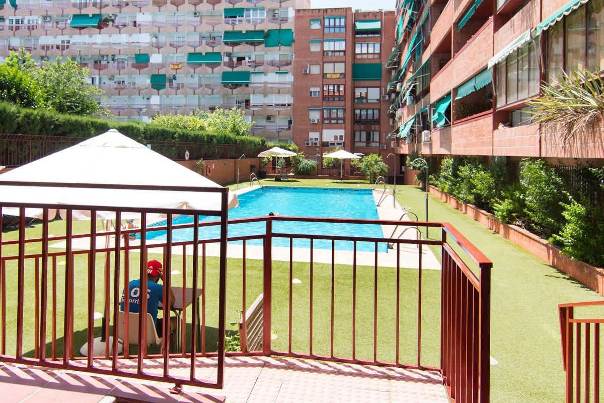 Gran piso en Urbanización con piscina. Nuestra Señora de la Salud. Frente a Edif. Mondragones, Granada