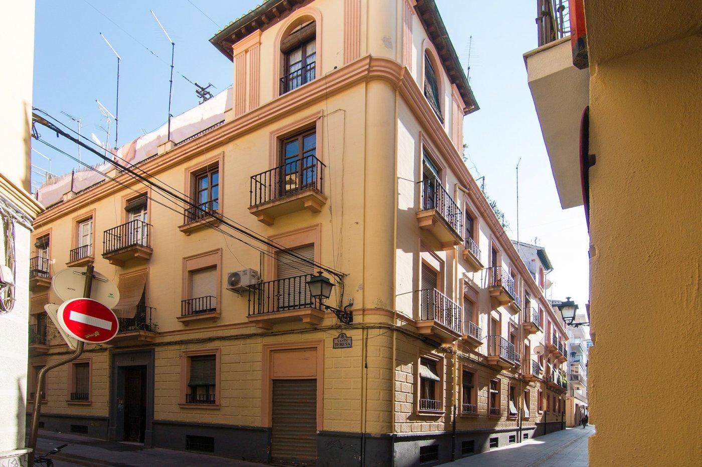 Edificio céntrico en el barrio de la Magdalena con 8 viviendas y dos locales, Granada