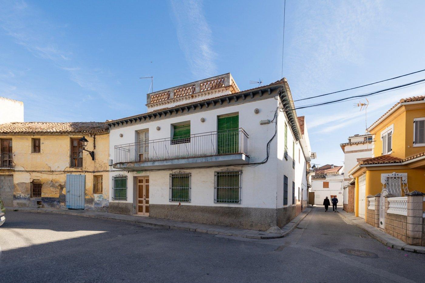 Casa de pueblo en alhendín con 404 m2 construidos y 303 m2 de solar