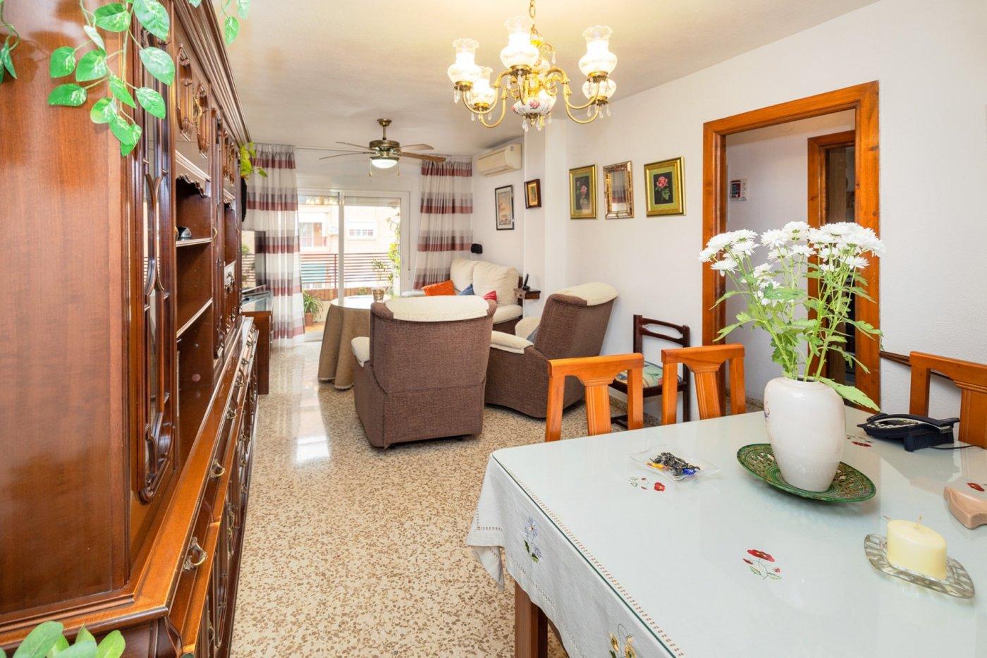 Piso con 4 dormitorios exteriores, cocina independiente, balcón y ascensor.