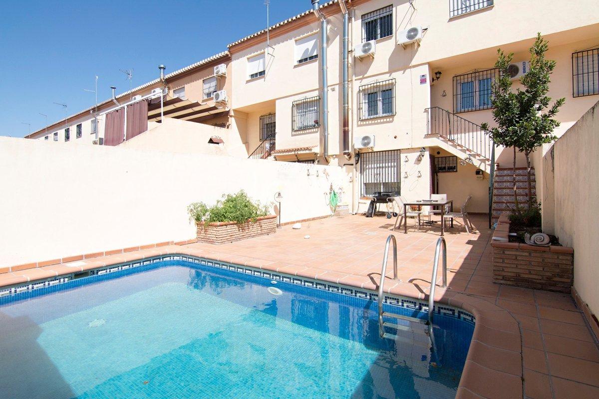 Chalet adosado con piscina propia con grandes mejoras a 10 minutos de Granada capital., Granada