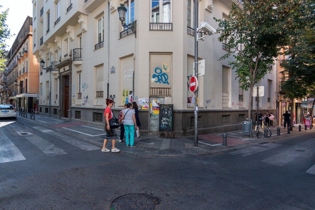 Plaza de la Trinidad. Local único gran fachada en esquina. 3 niveles comerciales. Venta y alquiler, Granada