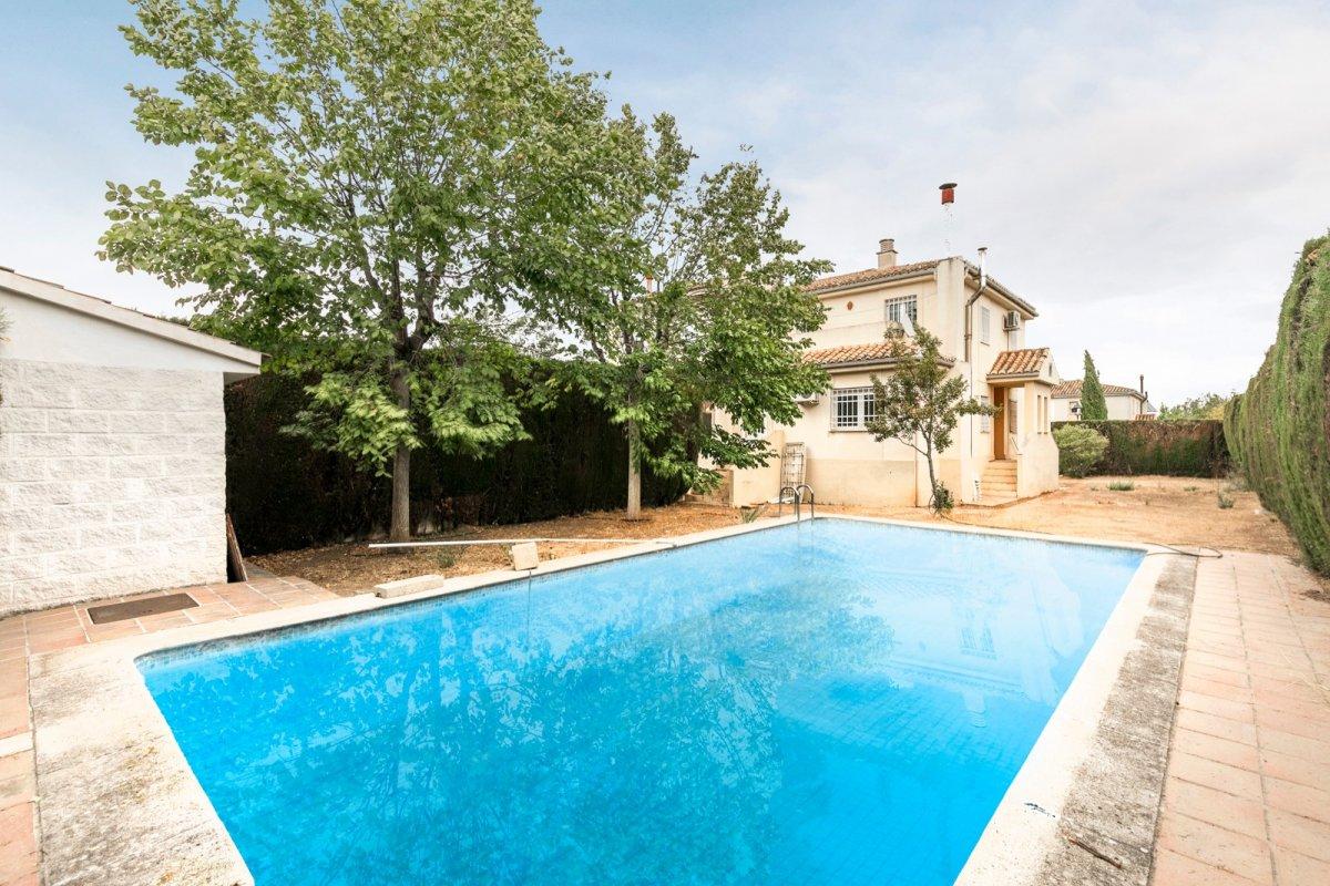Magnífica casa pareada con una gran parcela y piscina propia en Loma Linda!!, Granada