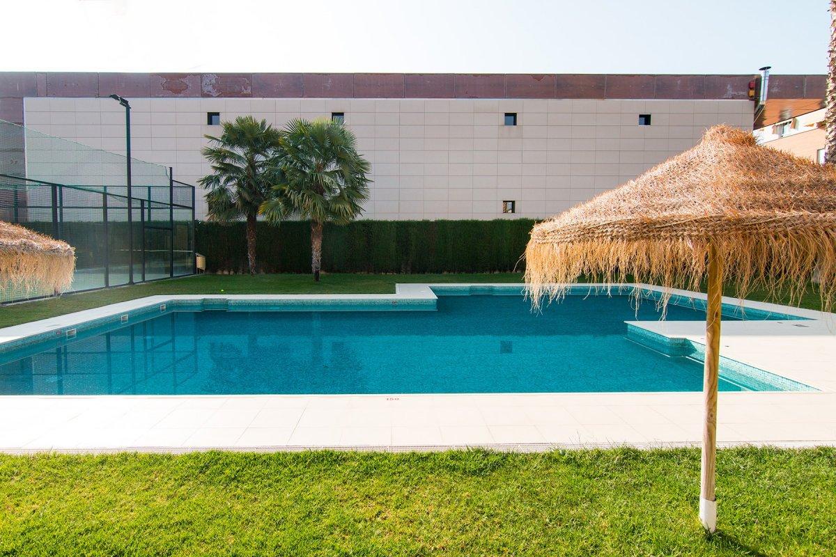 Gran piso con piscina y buenas zonas comunes en Palacio de Deportes., Granada