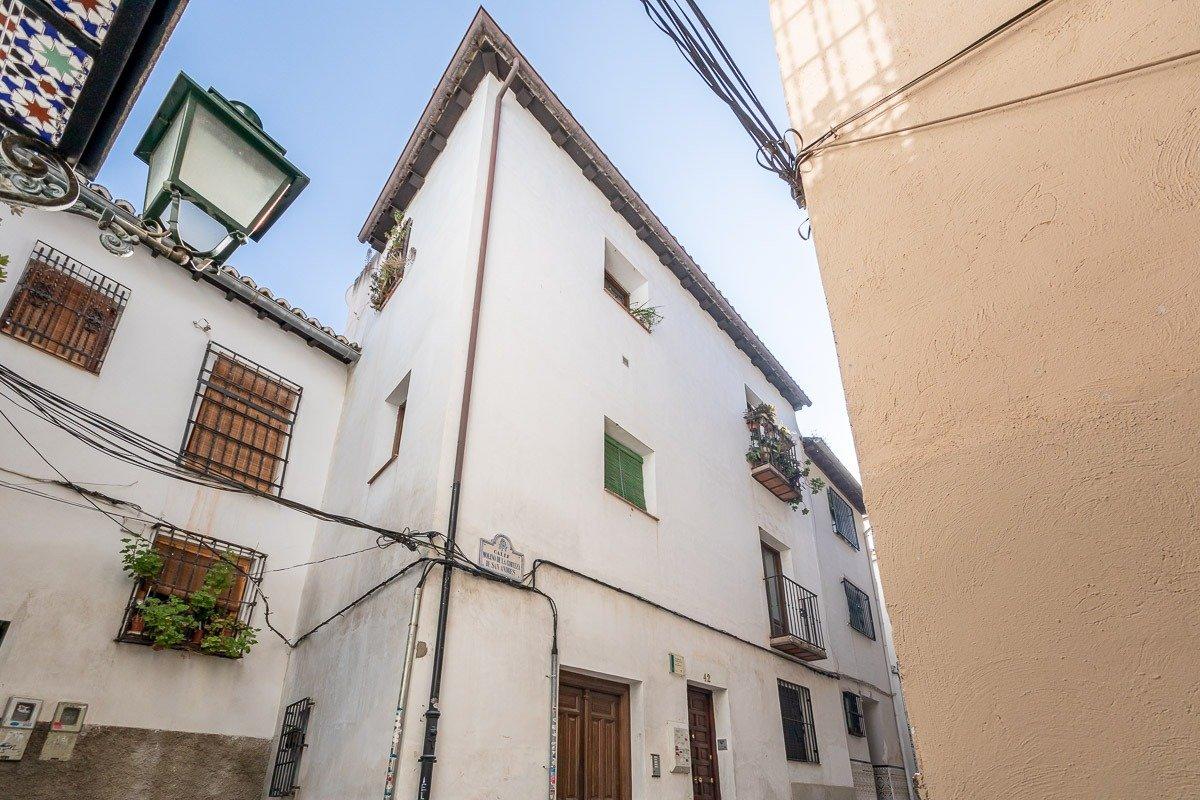 Albayzín. Junto a Gran Vía. Piso con 2 dormitorios, salón-cocina y un baño. Rehabilitado en 2004, Granada
