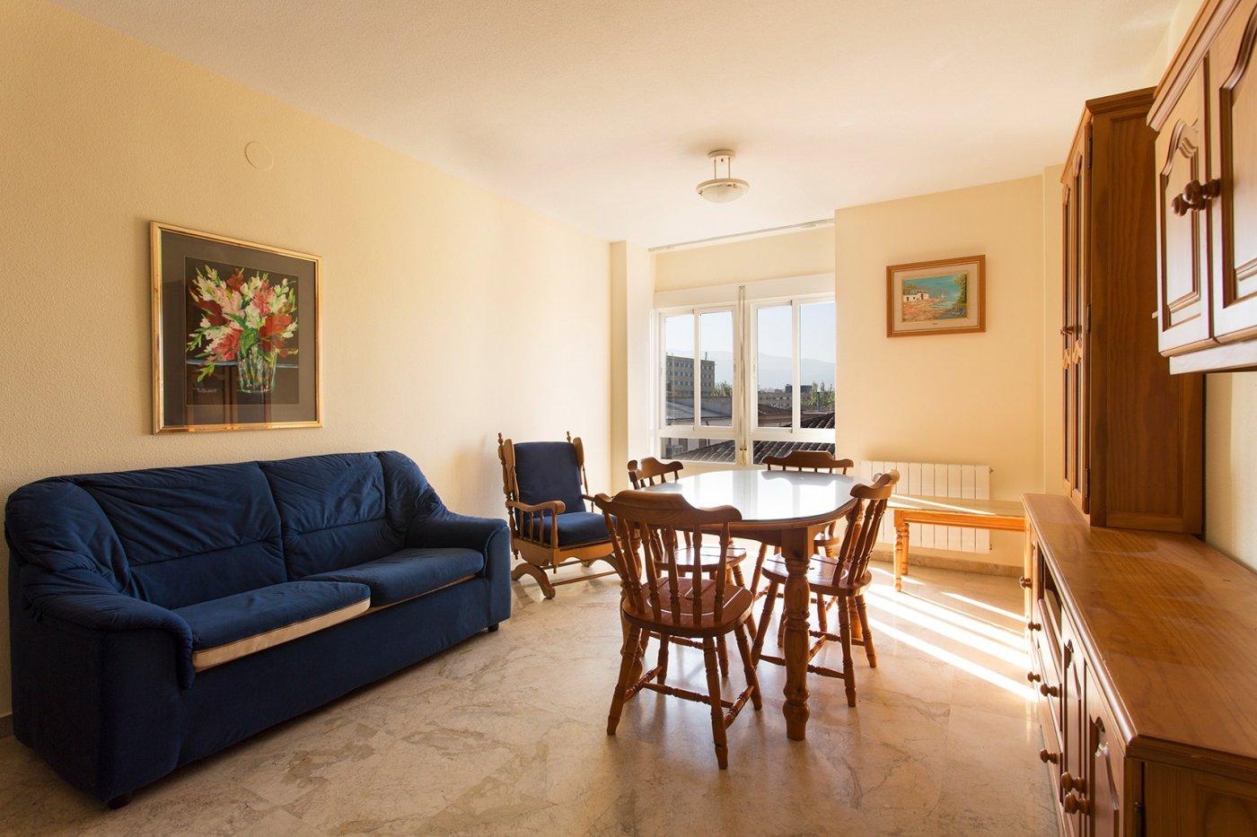 Traumatología (zona). bonito piso con 2 dormitorios, salón, cocina con lavadero y un baño. cochera.