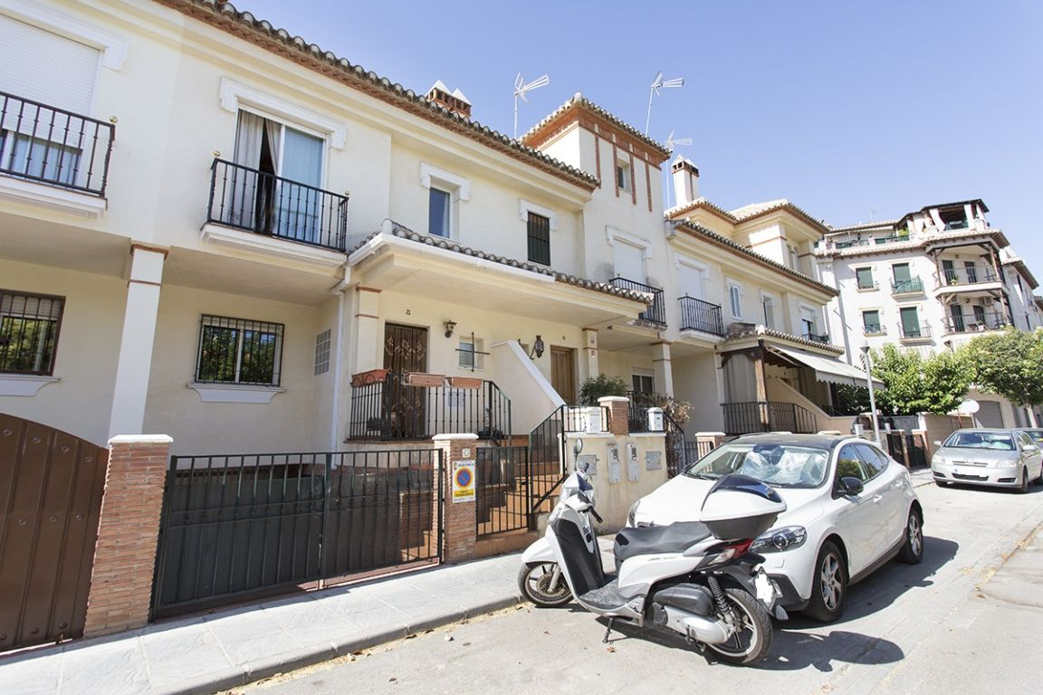 Situada en Ogíjares. Vivienda unifamiliar adosada. Semisótano, planta baja y planta alta. 3 dormitor, Granada