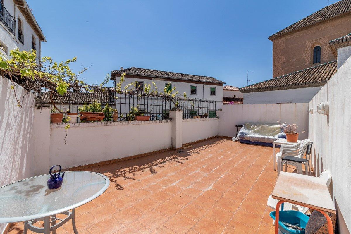 Situado junto a la Parroquia de San José (Albayzín zona). 2 dormitorios. 1 baño. Terraza., Granada