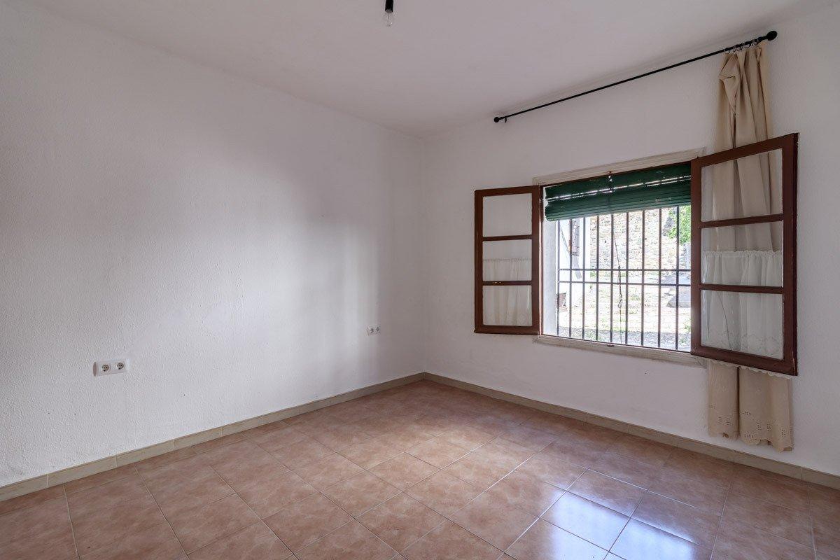 Situado en Cuesta Alhacaba (Albaicín zona). 3 dormitorios. 1 baño. 2 patios. A reformar., Granada