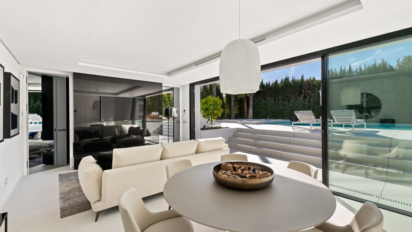 Newly renovated contemporary Villa in the heart of Andalucia close to shops, schools and the beach