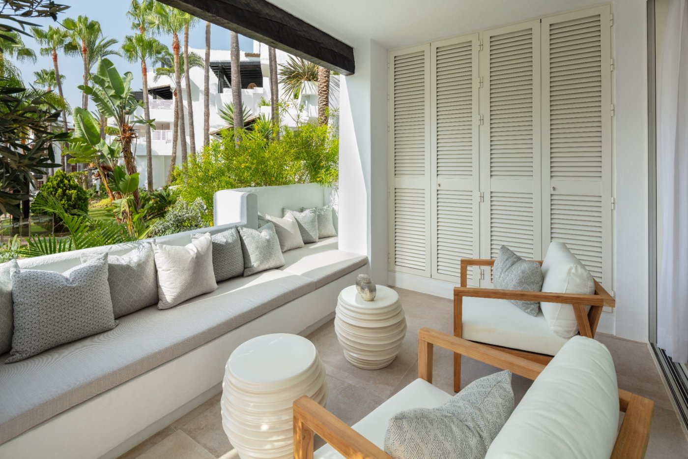 A fantastic 4 bedroom apartment in an awesome location next to quality restaurants and the beach.