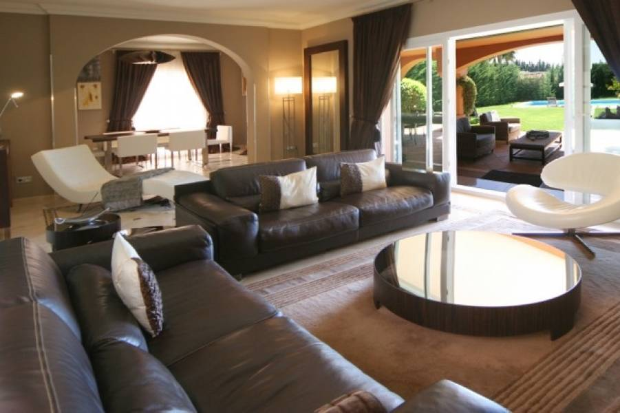 Villa in Puerto Banus 10 min walk from the beach .