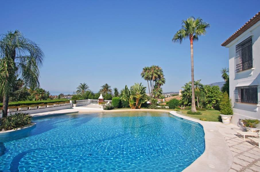 Stunning villa with panoramic sea views in Estepona