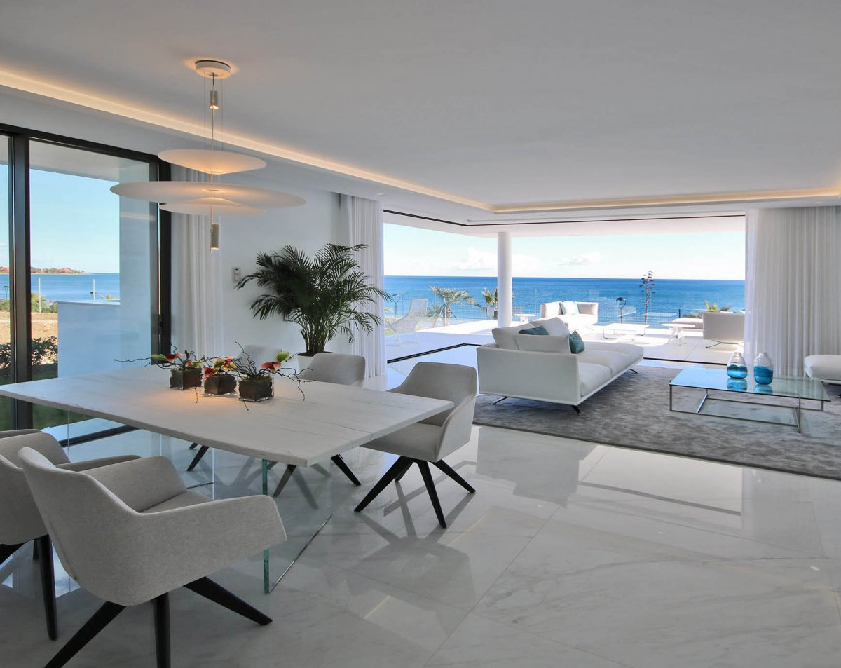 Luxury apartment on a front line position of one of the best beaches between Puerto Banus y Estepona