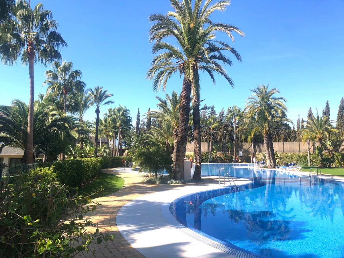 Middle floor apartment in Medina de Banus, Nueva Andalucia