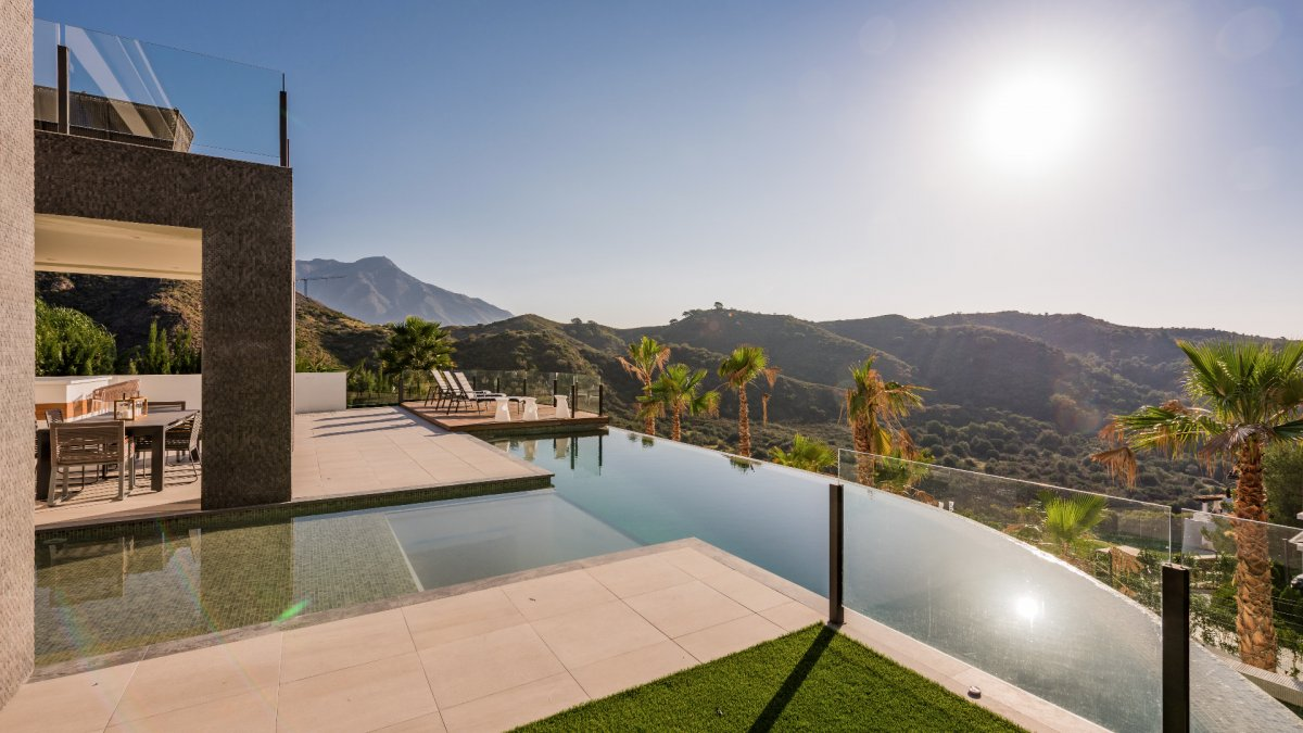 Elegant villa with unbeatable location and amazing sea and mountain views in Las Lomas de La Quinta