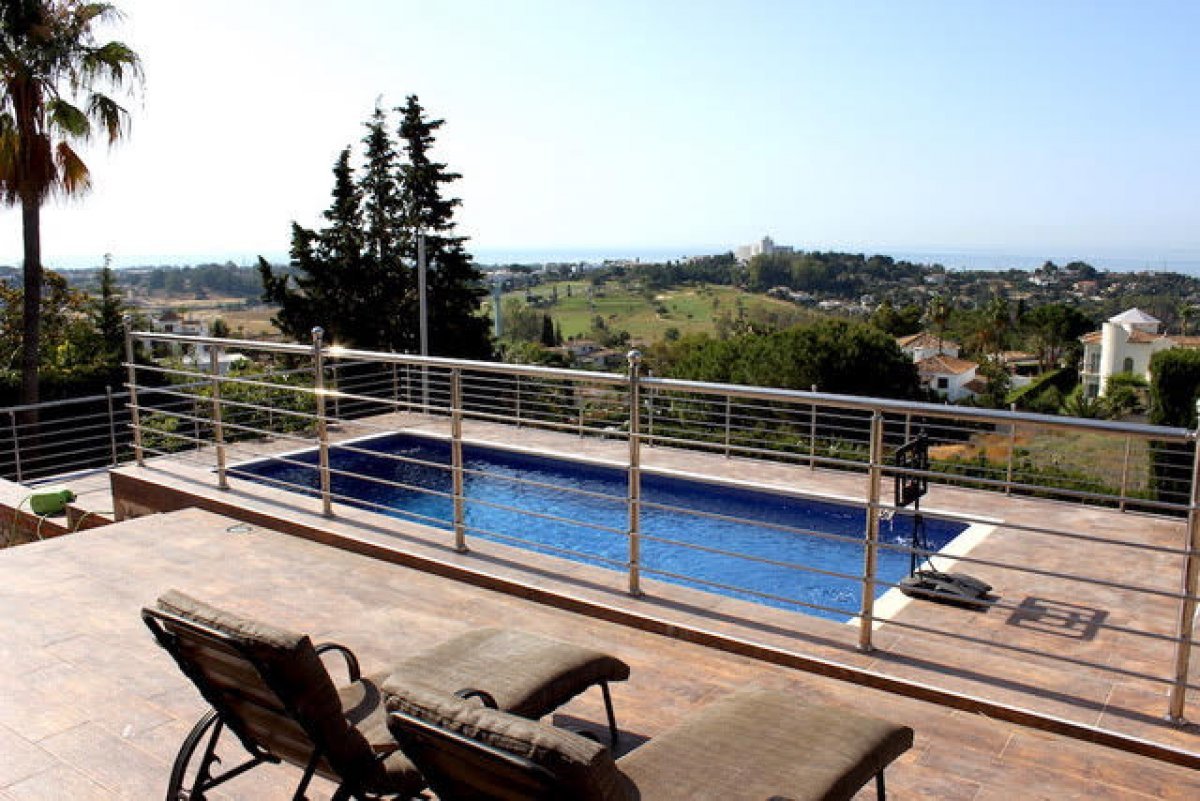 Charming villa located in the gated complex Mirador del Paraíso, Benahavis