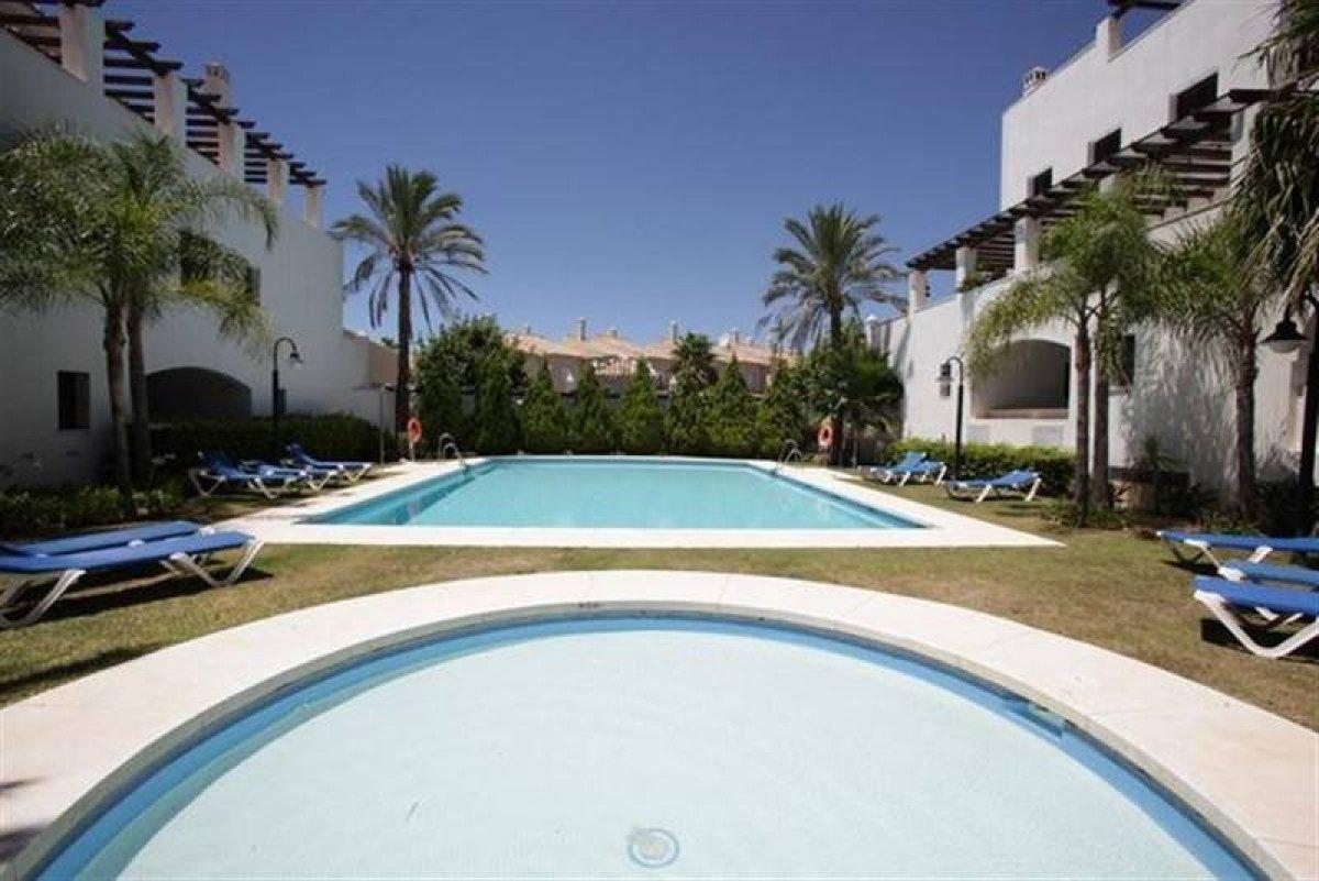 Apartamento en planta baja con una terraza grande en Privilegio de Marbella