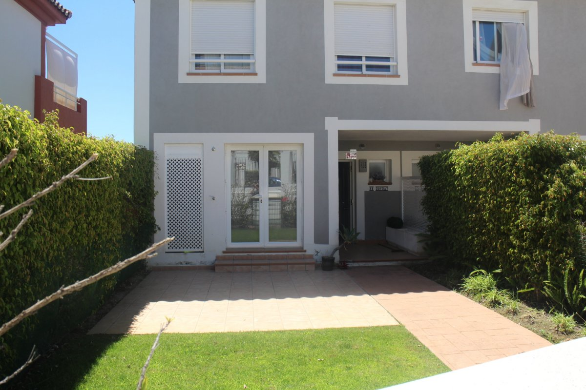 Townhouse with its own private garden and sea views in Urb. Cortijo del Mar, Estepona
