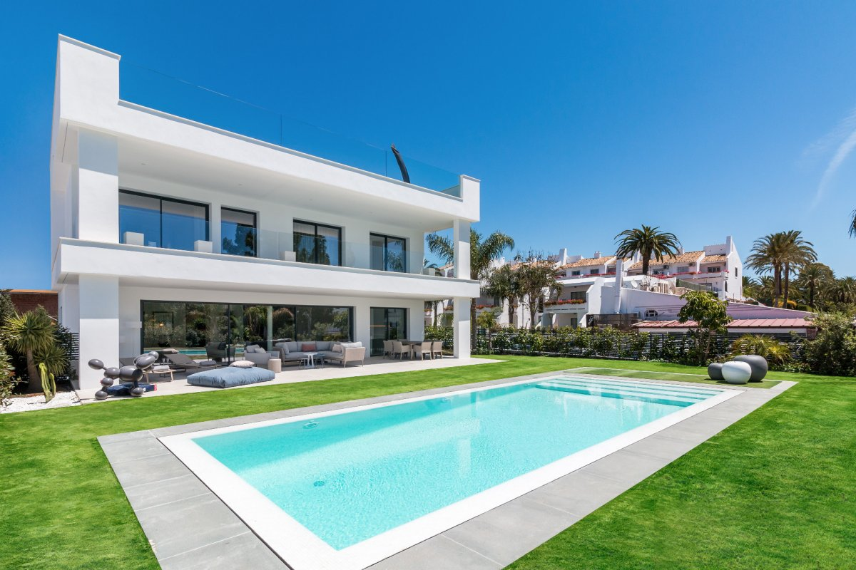 New modern villa walking distance to Puerto Banus