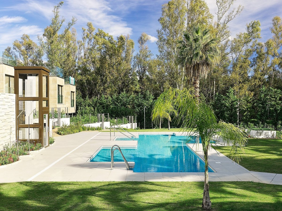 Brand New townhouse with roof top terrace, private garden and private garage in Nueva Andalucia