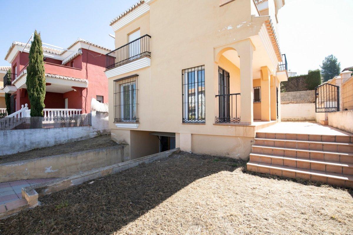 Magnifica casa independiente a estrenar en el barrio de monachil.