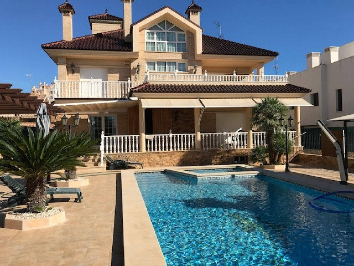 Spacious villa with pool, elevator and garage for several cars in La Veleta, Torrevieja. - Keysol Property S.L.