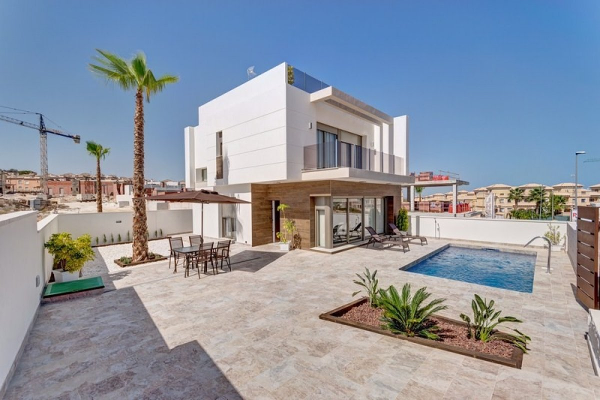 Two story Villa  on a plot of 380m2 with private pool and surrounding by nature and 2km from the sea - Keysol Property S.L.