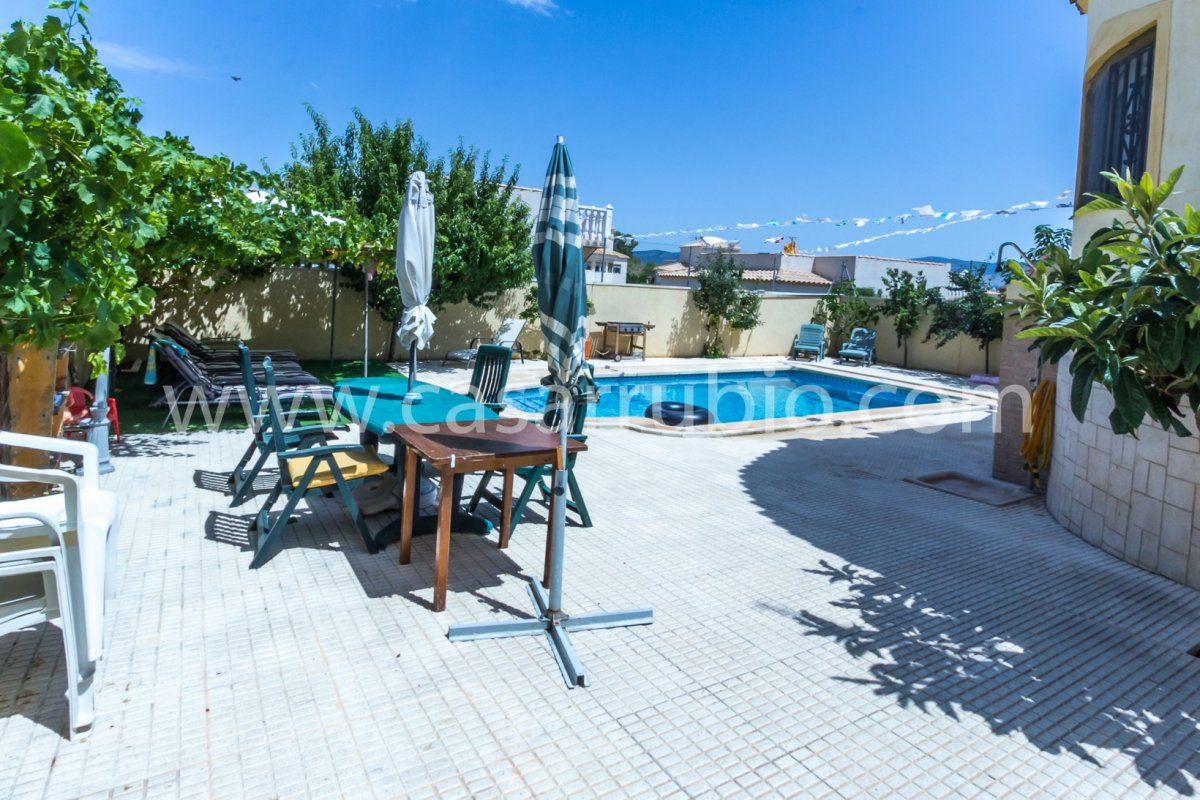 Estupenda casa con piscina en castalla internacional !! - imagenInmueble19