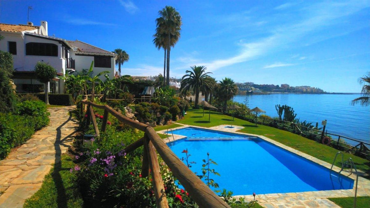 Casa en venta en 1ª linea playa, Estepona